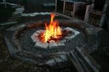 庭のファイヤープレイス。いつでも焚き火ができる。 (C)oricon ME inc.