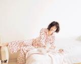 """堀未央奈が見せる""""ドキッとさせる""""パジャマ姿 ベッドに横たわり魅力を表現"""
