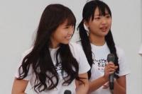 『沖縄国際映画祭』のチャリティーイベントに参加したAKB48の北原里英(右)