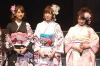 神田明神で成人式を行った、AKB48の高城亜樹(左)
