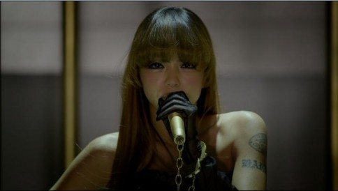 安室奈美恵のアルバム『Uncontrolled』収録曲「Hot Girls」