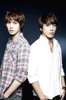 CNBLUE(左からイ・ジョンヒョン、ジョン・ヨンファ)