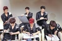 2PM (前列左から)ジュノ、ウヨン、Jun. K(後列左から)テギョン、ニックン、チャンソン