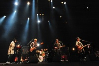 『くるりワンマンライブツアー2012<br>〜国民の性欲が第一〜』より<br>(左から)ファンファン、佐藤征史、あらきゆうこ(サポートDr)、岸田繁、吉田省念