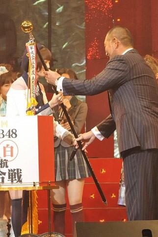 『第2回 AKB48紅白対抗歌合戦』の模様 優勝旗を受け取る篠田麻里子