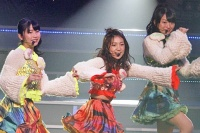『AKB48 ユニット祭り2013』の模様<br>(左から)横山由依、大島優子、北原里英