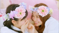 AKB48 「さよならクロール」MVカット<br>(左から)渡辺麻友、大島優子