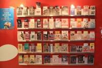 小劇場内に置かれる公演チラシ<br>韓国ミュージカル特集『若者文化の発信地、韓国・テハンノで活況を呈する創作ミュージカル』⇒