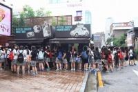 ミュージカル『あなたの初恋探します』のチケットを求めて行列を作る女子高生たち<br>韓国ミュージカル特集『若者文化の発信地、韓国・テハンノで活況を呈する創作ミュージカル』⇒