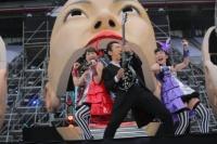 『ももいろクローバーZ ももクロ夏のバカ騒ぎ WORLD SUMMER DIVE 2013 8.4 日産スタジアム大会』の模様<br>(左から)百田夏菜子、布袋寅泰、高城れに