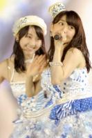 『AKB48 2013真夏のドームツアー』東京ドーム公演1日目の模様 (左から)松井玲奈、大島優子