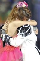 『AKB48 2013真夏のドームツアー』東京ドーム公演最終日の模様 左から板野友美、高橋みなみ