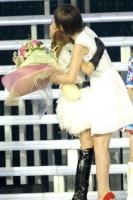 『AKB48 2013真夏のドームツアー』東京ドーム公演最終日の模様 左から板野友美、篠田麻里子