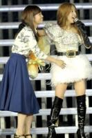 『AKB48 2013真夏のドームツアー』東京ドーム公演最終日の模様 左から前田敦子、板野友美