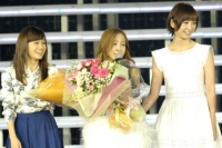 『AKB48 2013真夏のドームツアー』東京ドーム公演最終日の模様 左から、前田敦子、板野友美、篠田麻里子