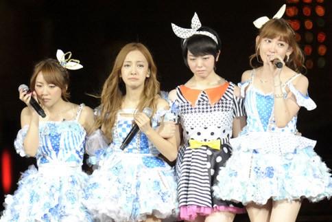 『AKB48 2013真夏のドームツアー』東京ドーム公演最終日の模様 左から高橋みなみ、板野友美、峯岸みなみ、小嶋陽菜