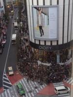 CRUDE PLAYがゲリラライブを行ったマルイシティ店頭プラザは大混乱に☆『カノ嘘』渋谷ジャックをフォトレポート!<br>⇒