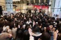 マルイシティ店頭プラザでゲリラライブを行ったCRUDE PLAY☆『カノ嘘』渋谷ジャックをフォトレポート!<br>⇒