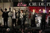 CRUDE PLAYのゲリラライブに佐藤健も飛び入り☆『カノ嘘』渋谷ジャックをフォトレポート!<br>⇒