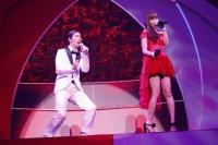 『第3回AKB48紅白対抗歌合戦』<br>【白組 5曲目】「2人はデキテル」をデュエットする小嶋陽菜(右)と北川謙二 (C)AKS