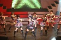 『第3回AKB48紅白対抗歌合戦』<br>【白組 6曲目】「上からマリコ」を歌う中村麻里子(中央) (C)AKS