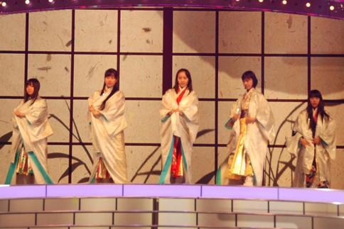 『第64回NHK紅白歌合戦』の初日リハーサルに参加した<br>ももいろクローバーZ(左から有安杏果、佐々木彩夏、百田夏菜子、玉井詩織、高城れに)<br>[出場2回目/「ももいろ紅白2013だZ!!」]<br><br>