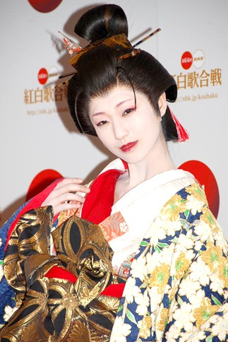『第64回NHK紅白歌合戦』の初日リハーサルに参加した<br>演歌歌手の藤あや子のステージに<br>日本舞踊の師範でもある壇蜜も出演<br>[出場19回目/「紅い糸」]<br><br>