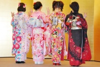 2014年のAKB48グループ 成人式記念撮影会に出席した<br>(左から)渡辺美優紀、渡辺麻友、島崎遥香、山本彩