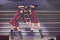 『AKB48 ユニット祭り 2014』の模様<br>11曲目「狼とプライド」<br>(左から)白間美瑠、入山杏奈
