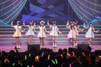 『AKB48 ユニット祭り 2014』の模様<br>1曲目「スマイル神隠し」<br>(左から)宮脇咲良、北川綾巴、小嶋真子、朝長美桜、西野未姫、渋谷凪咲、岡田奈々