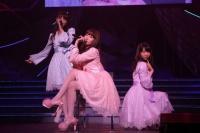 『AKB48 ユニット祭り 2014』の模様<br>23曲目「シャワーの後だから」<br>(左から)松井玲奈、小嶋陽菜、柏木由紀