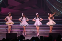 『AKB48 ユニット祭り 2014』の模様<br>13曲目「ボーイハントの方法 教えます」<br>(左から)島崎遥香、木崎ゆりあ、矢倉楓子、指原莉乃
