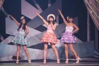 『AKB48 ユニット祭り 2014』の模様<br>15曲目「ロマンス・プライバシー」<br>(左から)倉持明日香、柏木由紀、高城亜樹