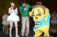 『AKB48単独 春コンin国立競技場』(3月29日)の模様<br>フジテレビ系『めちゃ×2イケてるッ!』で演じるキャラクター・たかっしーとして登場したお笑いコンビ・ナインティナインの岡村隆史と矢部浩之が、アンコールで乱入。