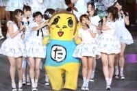 『AKB48単独 春コンin国立競技場』(3月29日)の模様<br>フジテレビ系『めちゃ×2イケてるッ!』で演じるキャラクター・たかっしーとして登場したお笑いコンビ・ナインティナインの岡村隆史が、アンコールで乱入。
