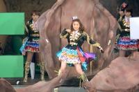 『AKB48単独 春コンin国立競技場』(3月29日)の模様<br>オープニングで転がる石の中から飛び出した大島優子
