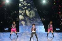 『AKB48グループ春コンinさいたまスーパーアリーナ〜思い出は全部ここに捨てていけ!〜』<br>SKE48単独公演の模様<br>「クロス」を歌う(左から)北川綾巴、宮澤佐江、古畑奈和