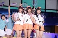 『AKB48グループ春コンinさいたまスーパーアリーナ〜思い出は全部ここに捨てていけ!〜』<br>SKE48単独公演の模様<br>「ウィンブルドンへ連れて行って」を歌う<br>(左から)山田菜々、山内鈴蘭、木本花音