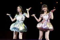 『AKB48グループ春コンinさいたまスーパーアリーナ〜思い出は全部ここに捨てていけ!〜』<br>SKE48単独公演の模様<br>「となりのバナナ」を歌う(左から)松井珠理奈、佐藤すみれ