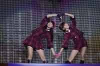 『AKB48グループ春コンinさいたまスーパーアリーナ〜思い出は全部ここに捨てていけ!〜』<br>SKE48単独公演の模様<br>「狼とプライド」を歌う(左から)木崎ゆりあ、渡辺美優紀