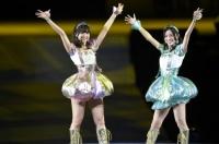 『AKB48グループ春コンinさいたまスーパーアリーナ〜思い出は全部ここに捨てていけ!〜』<br>SKE48単独公演の模様<br>「となりのバナナ」を歌う(左から)佐藤すみれ、松井珠理奈