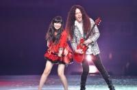 『AKB48グループ春コンinさいたまスーパーアリーナ〜思い出は全部ここに捨てていけ!〜』<br>HKT48単独公演の模様<br>「あゝ無情」を歌う指原莉乃(左)とマーティ・フリードマン