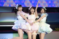 『AKB48グループ春コンinさいたまスーパーアリーナ〜思い出は全部ここに捨てていけ!〜』<br>NMB48単独公演の模様<br>「ジッパー」を歌う(左から)吉田朱里、柏木由紀、上西恵