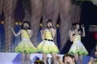 『AKB48グループ春コンinさいたまスーパーアリーナ〜思い出は全部ここに捨てていけ!〜』<br>NMB48単独公演の模様<br>「三日月の背中」を歌う(左から)市川美織、梅田彩佳、高柳明音