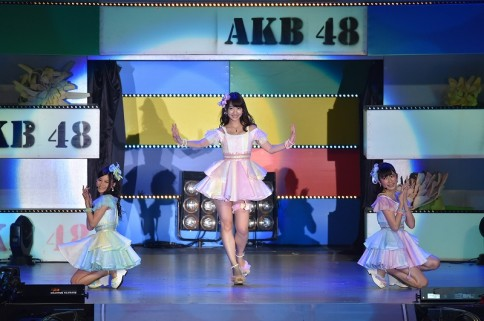 『AKB48グループ春コンinさいたまスーパーアリーナ〜思い出は全部ここに捨てていけ!〜』<br>NMB48単独公演の模様<br>(左から)上西恵、柏木由紀、吉田朱里