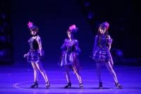 『リクエストアワーセットリストベスト200 2014』の模様<br>91位「純愛のクレッシェンド」<br>(左から)峯岸みなみ、高橋みなみ、小嶋陽菜