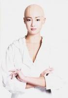 衝撃のスキンヘッド姿を写真集『100+1 ERIKAS』(朝日出版社)で披露している沢尻エリカ   <br>⇒