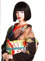 和装姿を披露する沢尻エリカ/写真集『100+1 ERIKAS』(朝日出版社)   <br>⇒