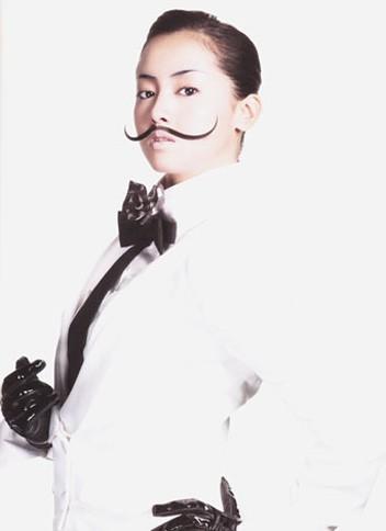 髭を生やした男装姿も披露する沢尻エリカ/写真集『100+1 ERIKAS』(朝日出版社)  <br>⇒