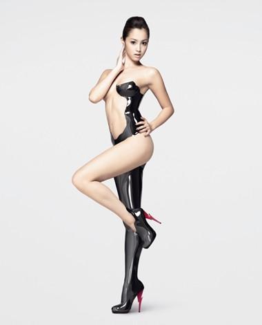 エステサロンのキャンペーンモデルでピンヒールをはいている沢尻エリカの画像